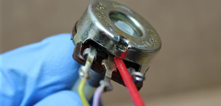 Clean the closed potentiometer with electronic contact cleaner